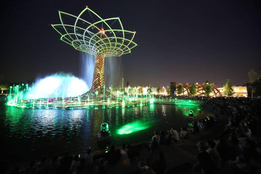 Milano Expo 2015,Movida serale. L'albero della vita (Massimo Procopio, MILANO - 2015-05-12) p.s. la foto e' utilizzabile nel rispetto del contesto in cui e' stata scattata, e senza intento diffamatorio del decoro delle persone rappresentate